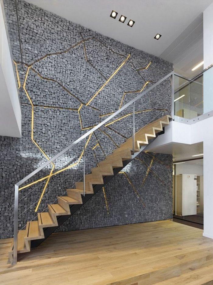 moderniser un escalier en bois mur en gris et or garde corps en métal