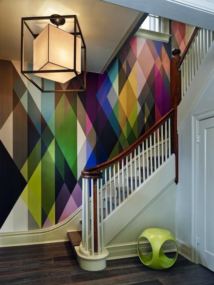 moderniser un escalier en bois mur multicolor papier peint moderne garde corps en bois et blanc