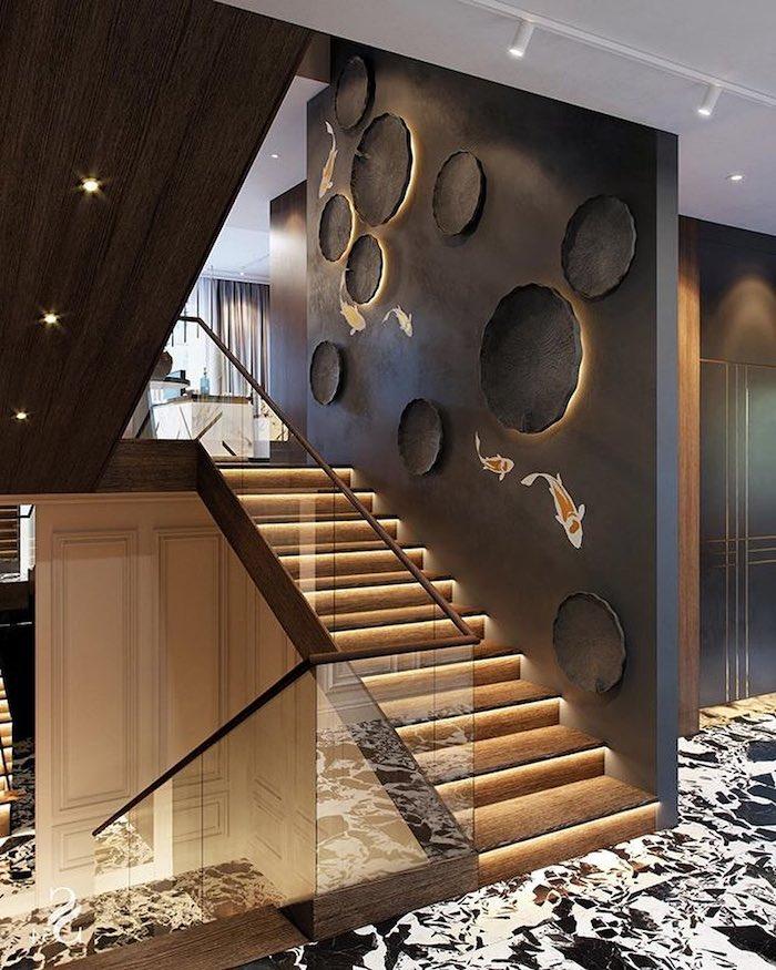 moderniser un escalier en bois murs peints en noir garde corps en verre