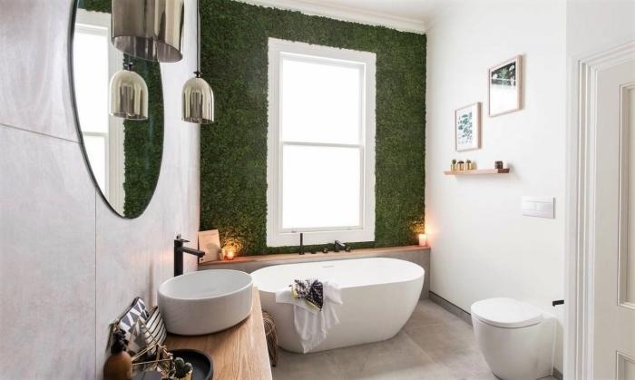 mur végétal miroir ovale déco toilettes originales lampes suspendues argent baignoire cadre photo