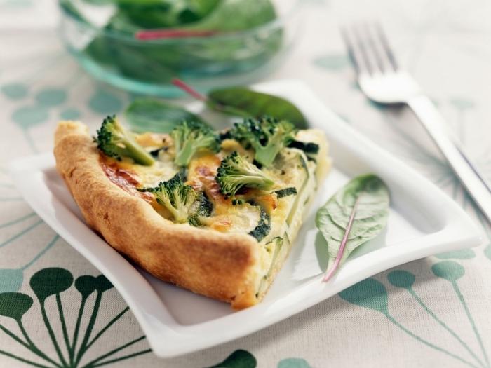 nappe blanche motifs feuilles vertes tarte courgette brocollis oeufs farine fromage jaune