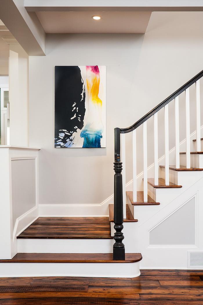 peindre une cage d escalier quelle couleur marches en bois et mur peint en gris clair peinture moderne multicolore
