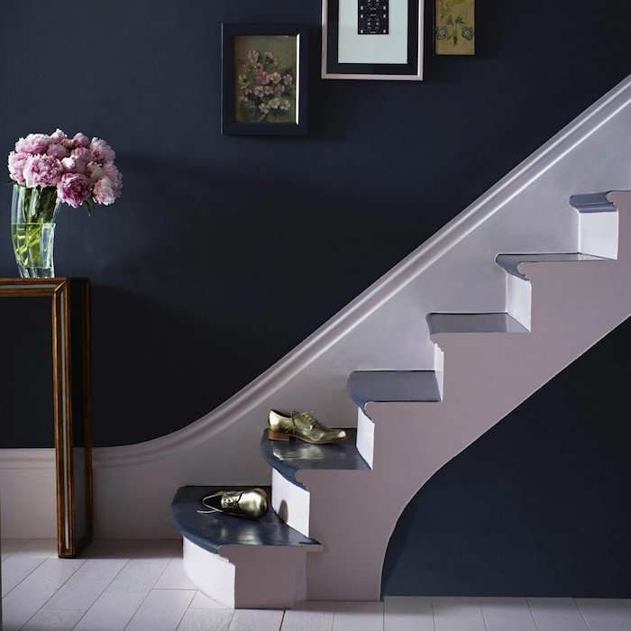 peindre une cage d escalier quelle couleur mur peint en bleu foncé deco fleurs et cadres photos marches en bleu foncé chaussures vertes
