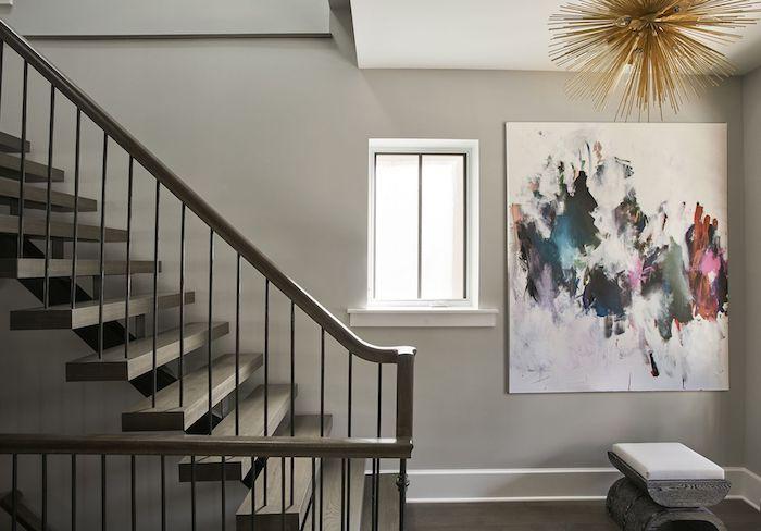 peindre une cage d escalier quelle couleur murs gris peinture multicolore moderne lustre doré