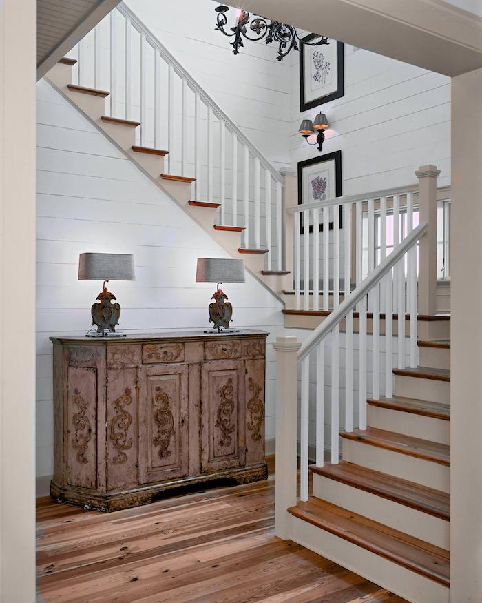 peinture escalier bois murs en planches de bois peints en blanc garde corps blanc marches en bois