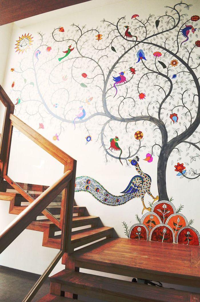 peinture escalier bois paon et autres oiseaux sur un arbre fond blanc