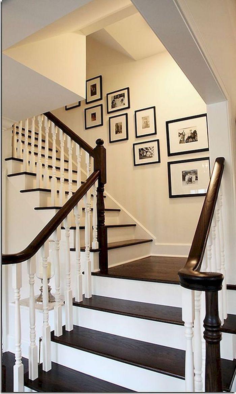 peinture pour escalier en bois contremarches en blanc cadres de photos noires garde corps en bois et blanc