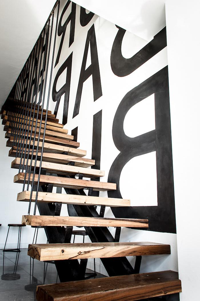 peinture pour escalier en bois garde corps vertical en métal mur peint en blanc avec stickers