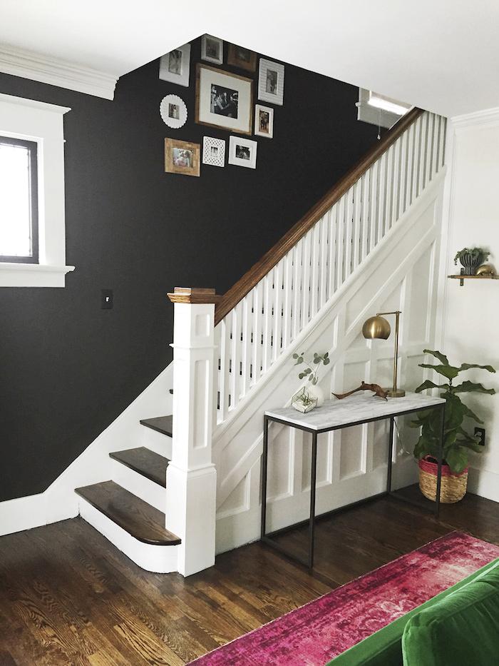 peinture pour escalier en bois mur noir décoration garde corps en bois et blanc