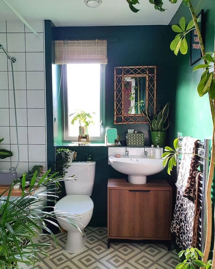 peinture vert bleu meuble sous lavabo bois deco toilette avec fenetre seche serviette plantes vertes