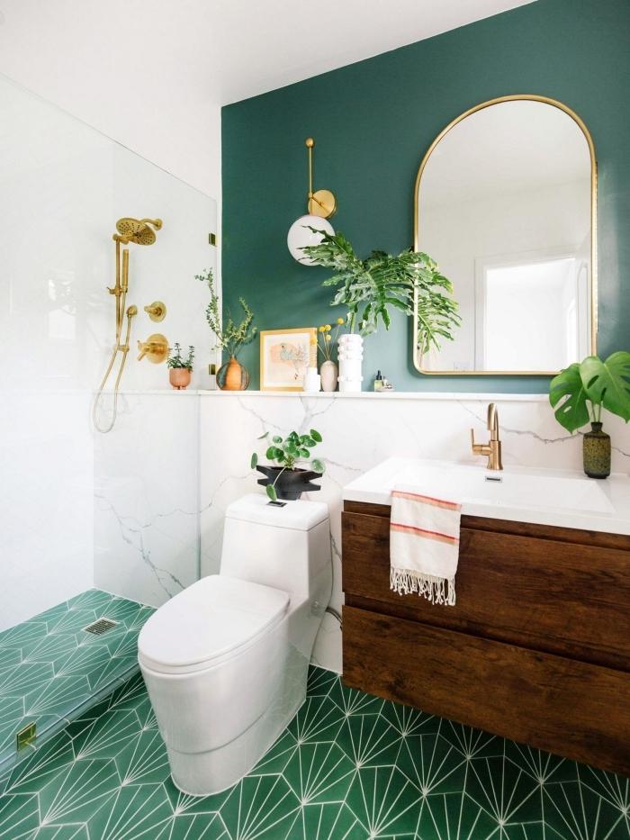 peinture wc moderne carrelage vert a motifs cabine douche robinet or plantes vertes intérieur monstera