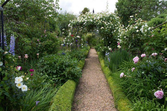 photo deco jardin avec gravier bordures en buissons verts jardin de fleurs