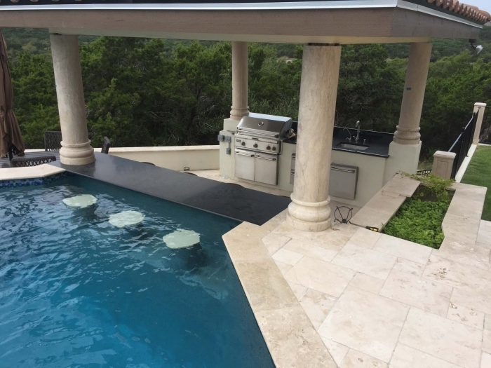 plan de travail exterieur îlot bar tabourets bar piscine agencement cuisine linéaire couverte