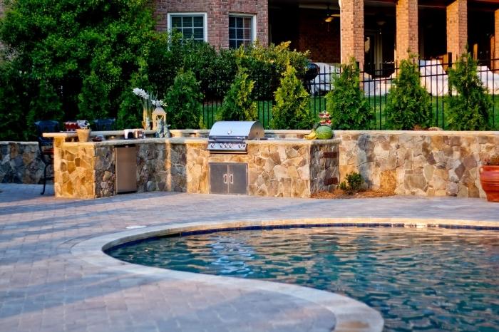 plan de travail pierre équipement inox grill amenagement piscine armoires évier extérieur