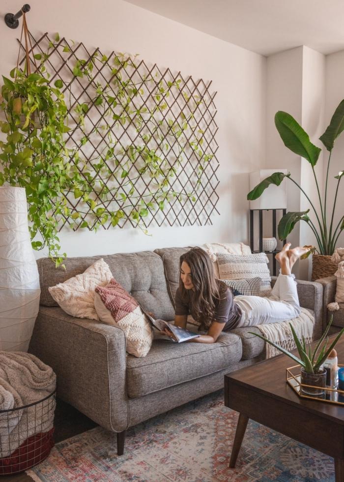 plante appartement grillage treillis plantes suspension macramé canapé gris table salon basse bois foncé