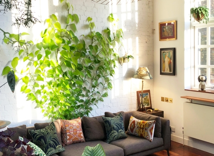 plante murale mur en briques blanches décoration salon industriel canapé d angle table ronde