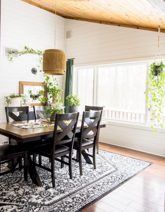 plante suspendue décoration salle a manger tapis blanc et noir motifs plafond bois rideaux verts