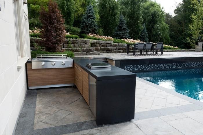 poele gaz armoires bois plan de travail cuisine extérieure noir piscine table jardin noire