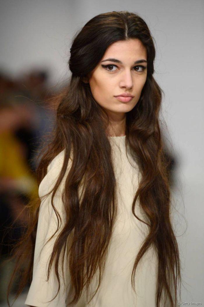 quelle coiffure cheveux ultra long chatain avec des longueurs ondulées et meches de devant attachées en arriere