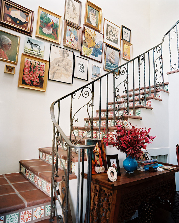 quelle couleur pour peindre une cage d escalier cadres de photos et peintures sur mur blanc carreaux de ciment de couleur carde corps en métal