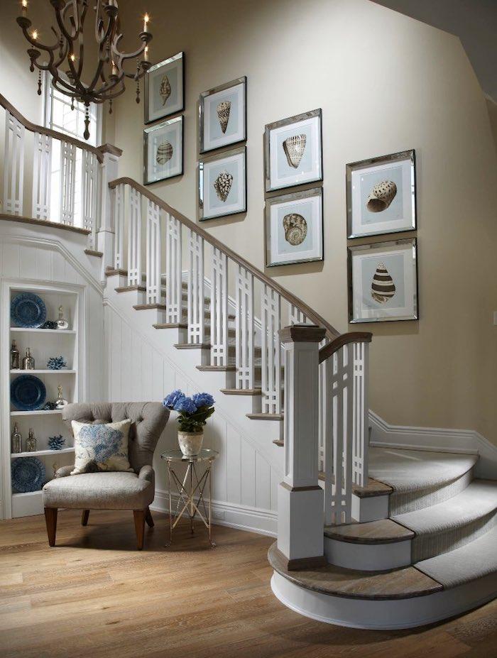 quelle couleur pour peindre une cage d escalier murs en beige marches en bois clair tapis gris