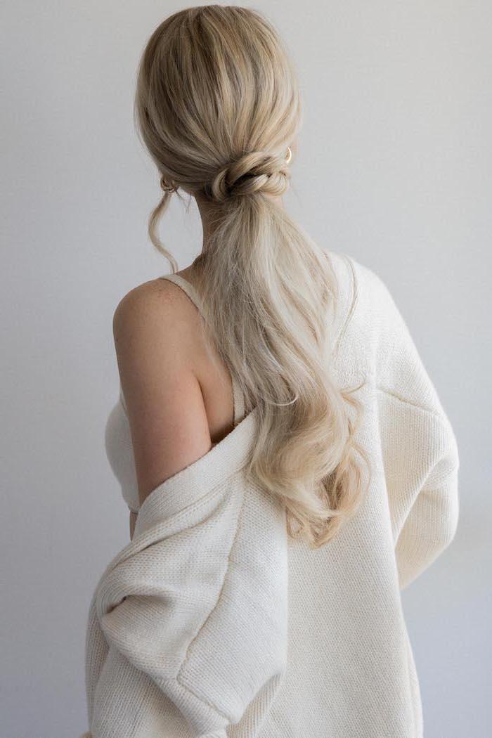 queue de cheval basse avec tresse et boucles légères subtiles coiffure romantique