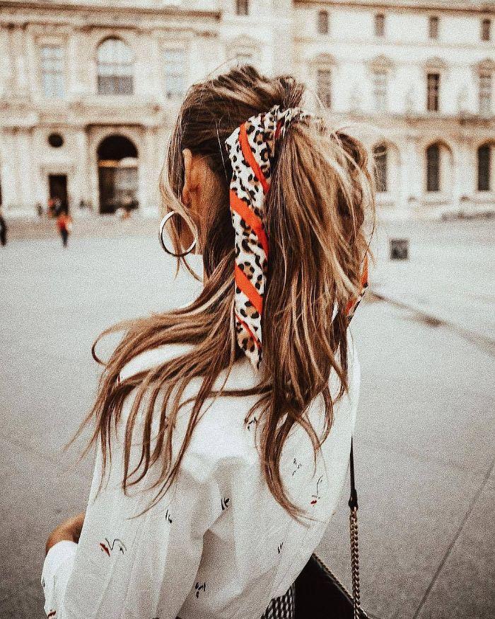 queue de cheval boheme chic sur cheveux longs nouée d un foulard motif leopard meches rebelles