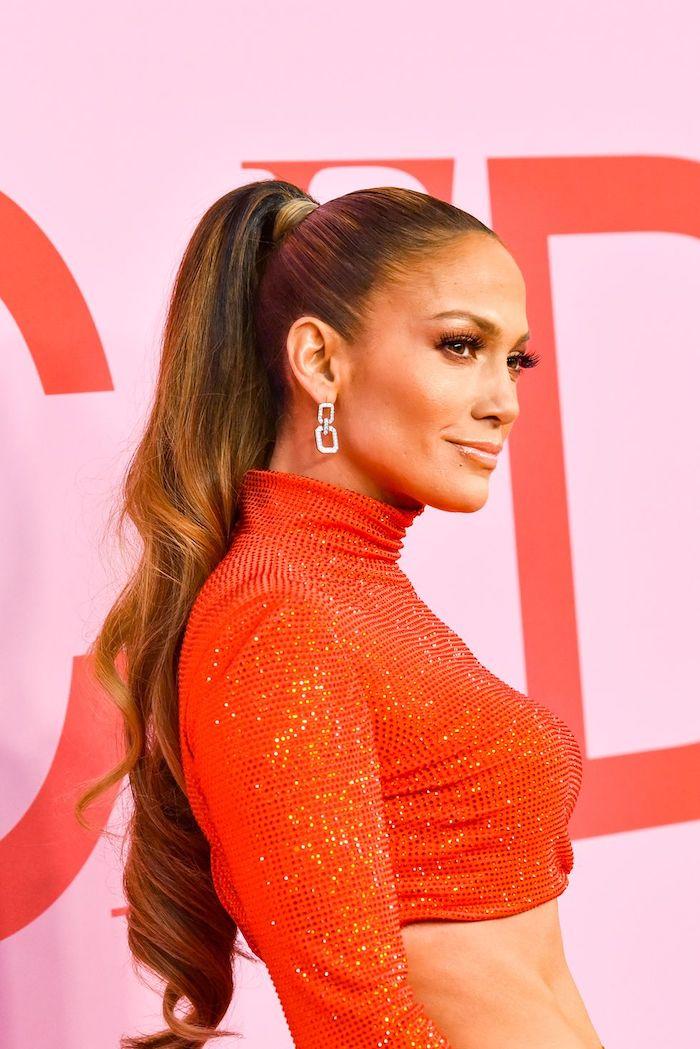 queue de cheval haute sur cheveux ondulés idée coiffure féminine originale jennifer lopez