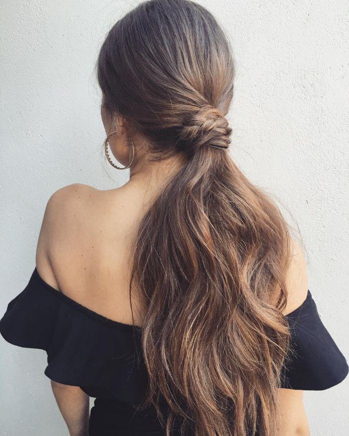 queue de cheval longue sur chevelure coupée en dégradé femme avec noeud de cheveux pour serrer la chevelure