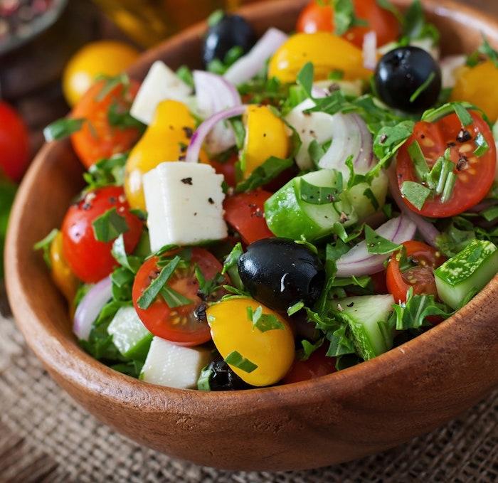 recette salade été bol en bois tomates concombre oignon olives basilic frais fromage feta