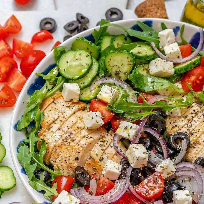 recette salade été roquette tomates concombre oignon poivron et fromage feta olives et poulet