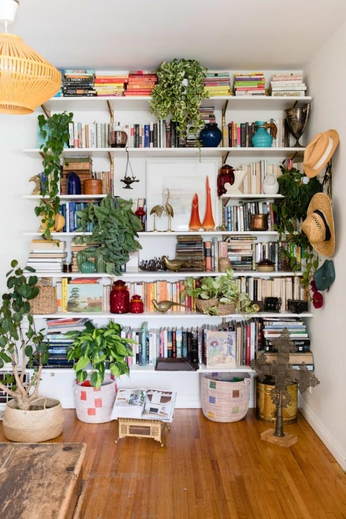 revetement de sol parquet bois tapis cache pot tressé plante interieur retombante livres bibliotheque