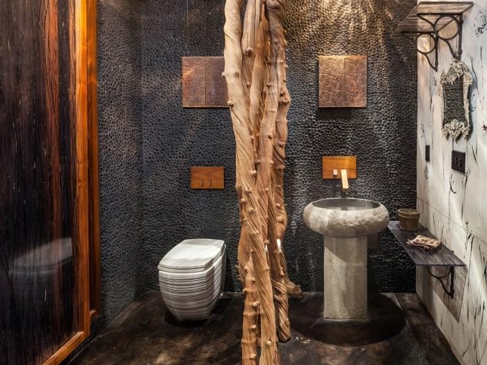 revetement mural mosaique noir deco wc noir cuvette wc blanche évier béton étagère métal et bois