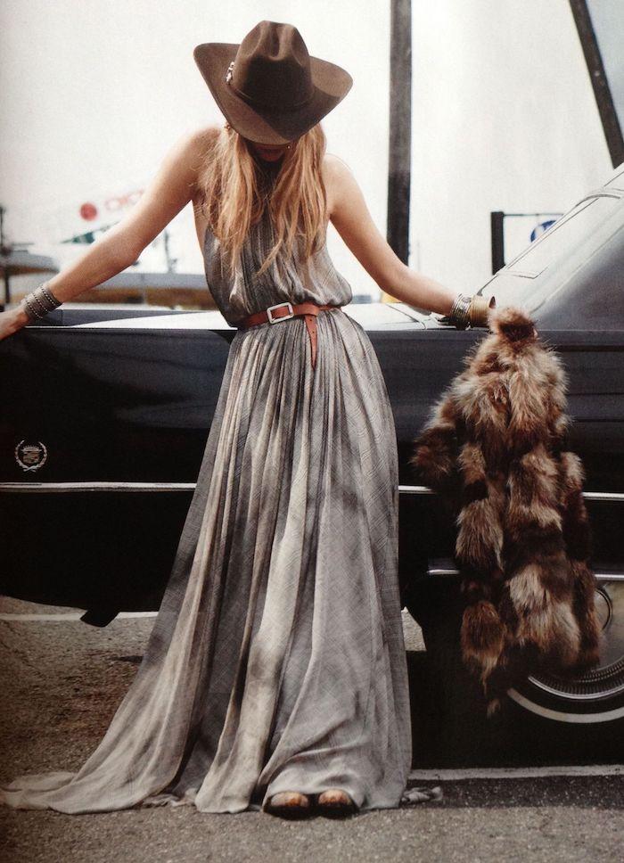 robe bohème chic ceinturée en gris femme au chapeau à bord et gilet sans manches en fourrure