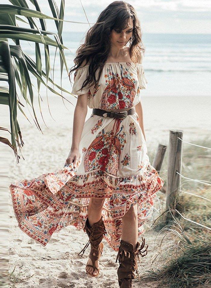 robe bohème chic en blanc et rouge avec ceinture sandales en cuir avec lacets robe longue fleurie bohème