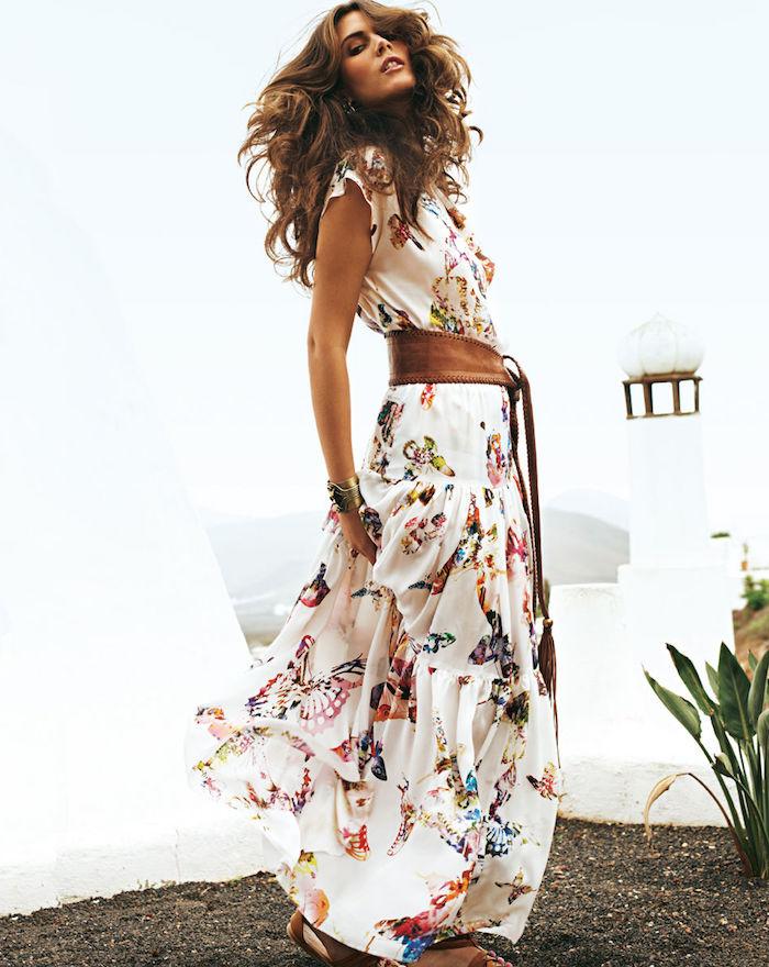 robe bohème chic longue aux papillons ceinturée femme aux cheveux ondulés