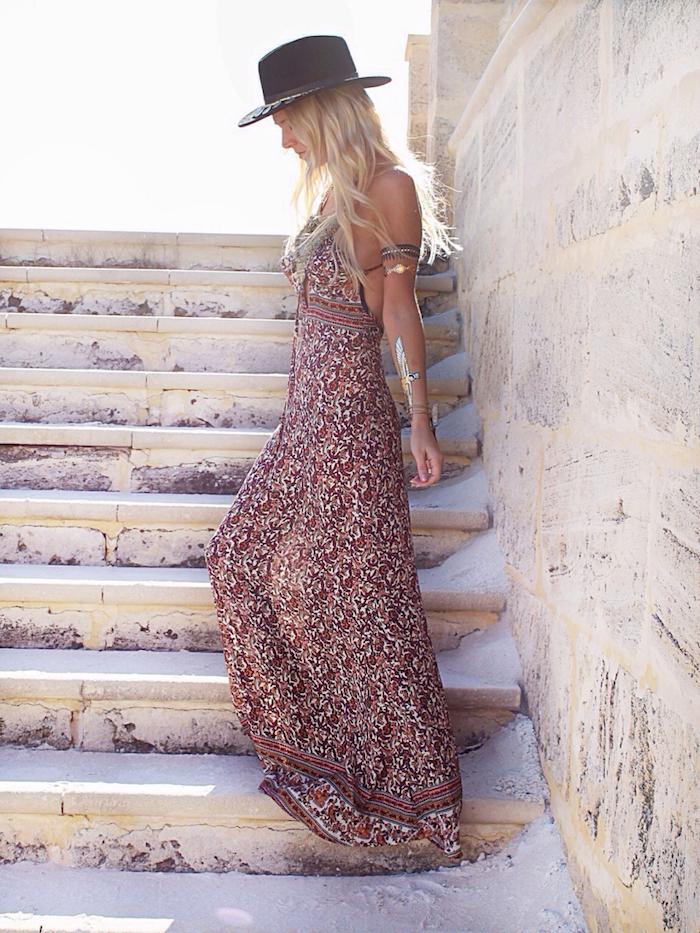 robe boheme longue fleurie au dos ouvert chapeau à bord noir bracelet de bras