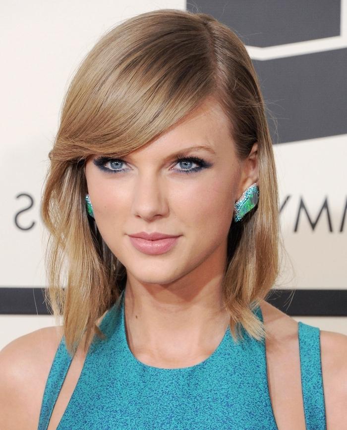 robe couleur turquoise bretelle carré avec frange cheveux lisses coupe mi longue boucles d oreilles turquoise
