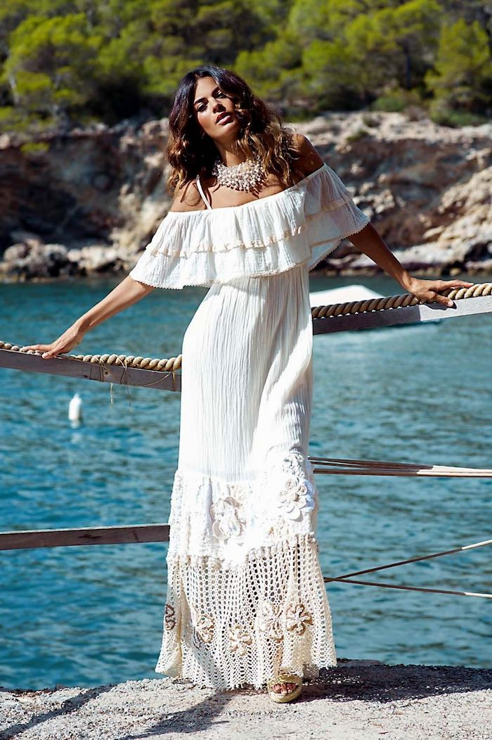 robe dentelle boheme blanche aux épaules dénudées collier argenté