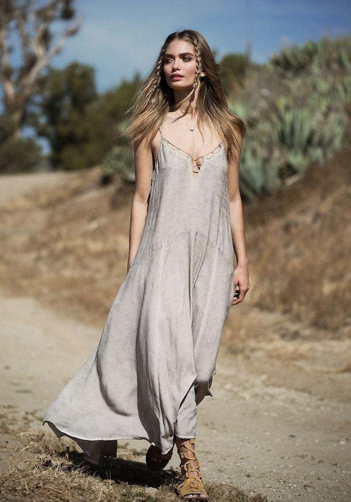 robe hippie chic unie en gris avec bretelles sanadales plates avec lacets de style gladiateur