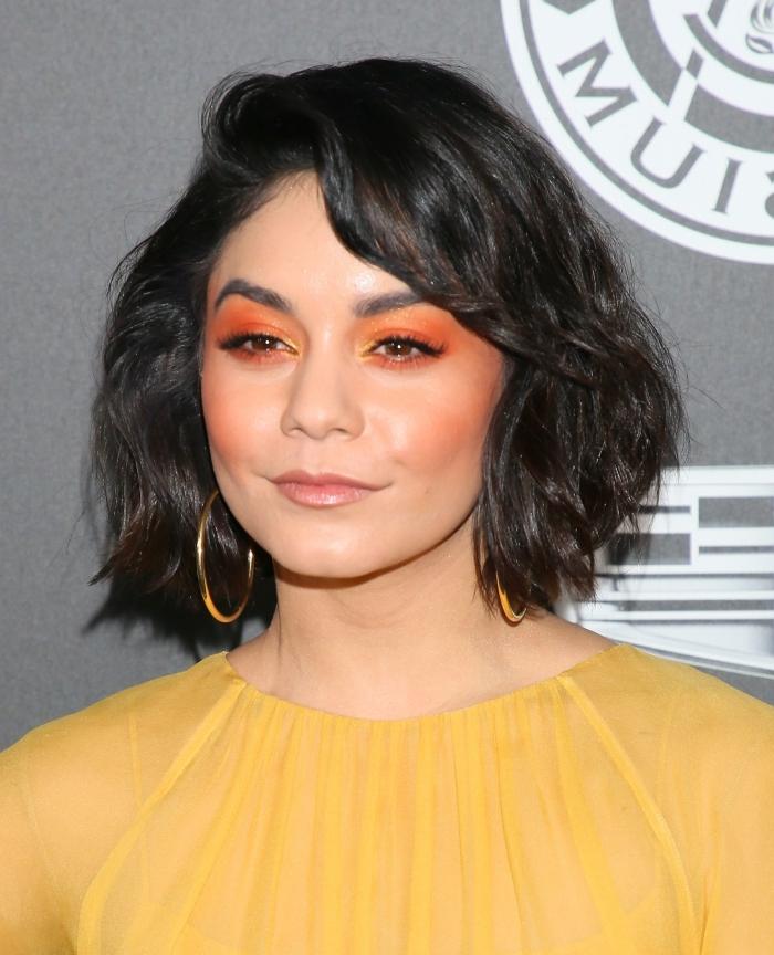 robe jaune couleur tendance mode fards a paupières orange frange dégradée bouclée coupe carré