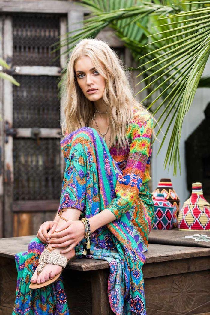 robe longie fleurie multicolore femme aux sandales plates beiges bracelets et colliers