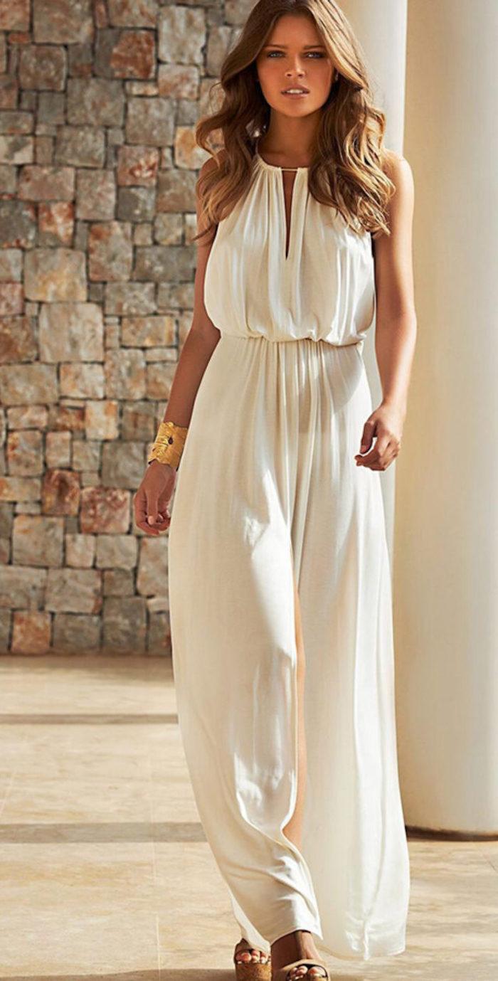 robe longue blanche bohème accessoires dorés sandales à talons hauts
