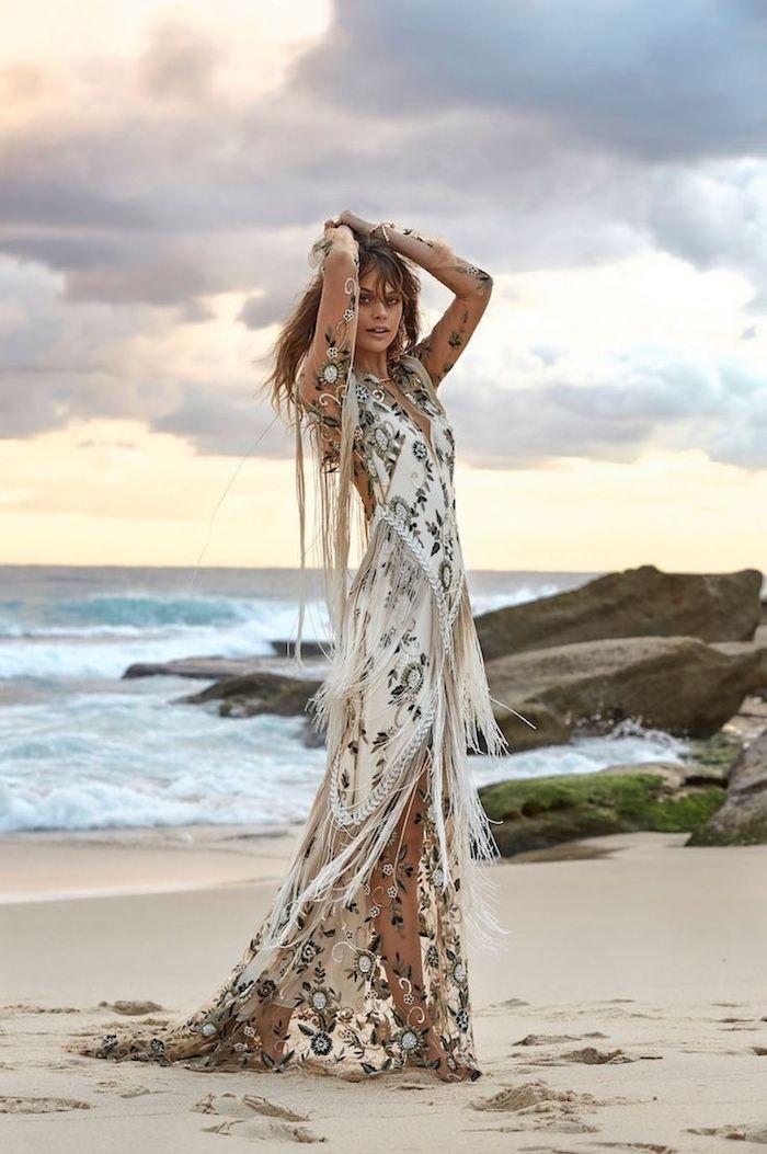 robe longue blanche bohème avec lacets en blanc et fleurs noires à la plage
