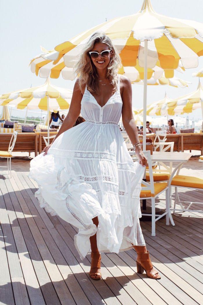 robe longue blanche boheme decoleté en v sandales à talons lunettes de soleil en blanc et noir femme à la plage