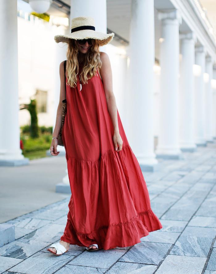 robe longue ete 2021 rouge sandales plates capeline en paille