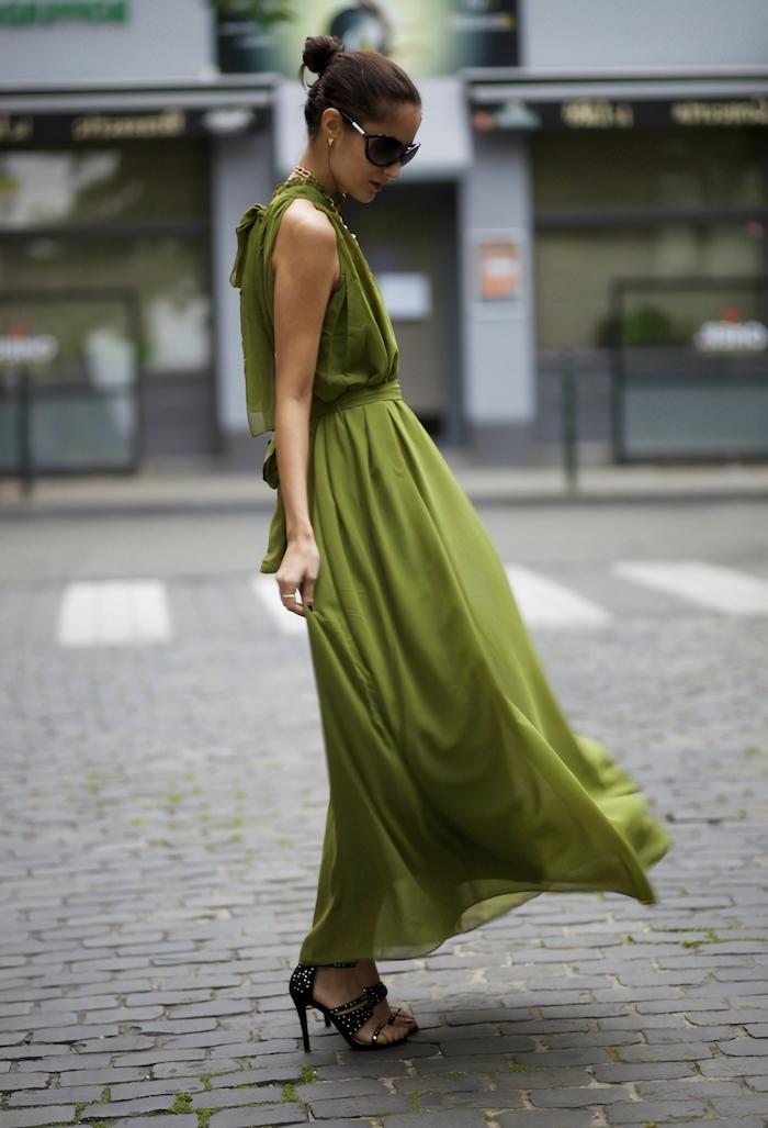 robe longue ete 2021 unie vert olive élégante femme au chignon avec lunettes de soleil noires et sandales à talons noires