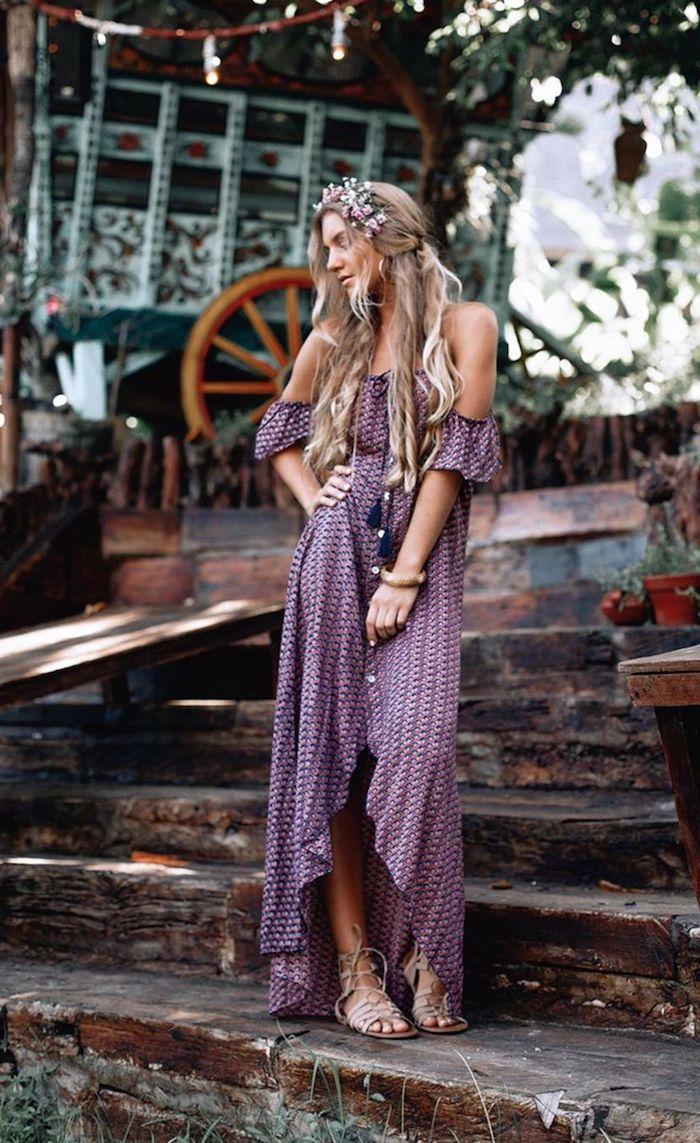 robe longue fendue boutonnée violette aux épaules dénudées femme à la couronne de fleurs