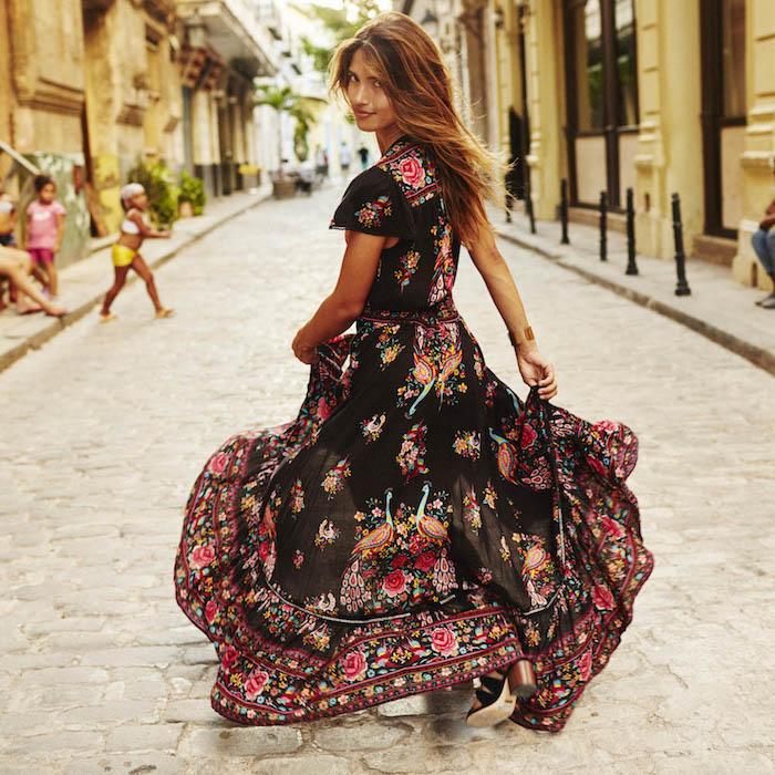 robe longue fleurie bohème fond noir femme à la rue aux sandales à talons