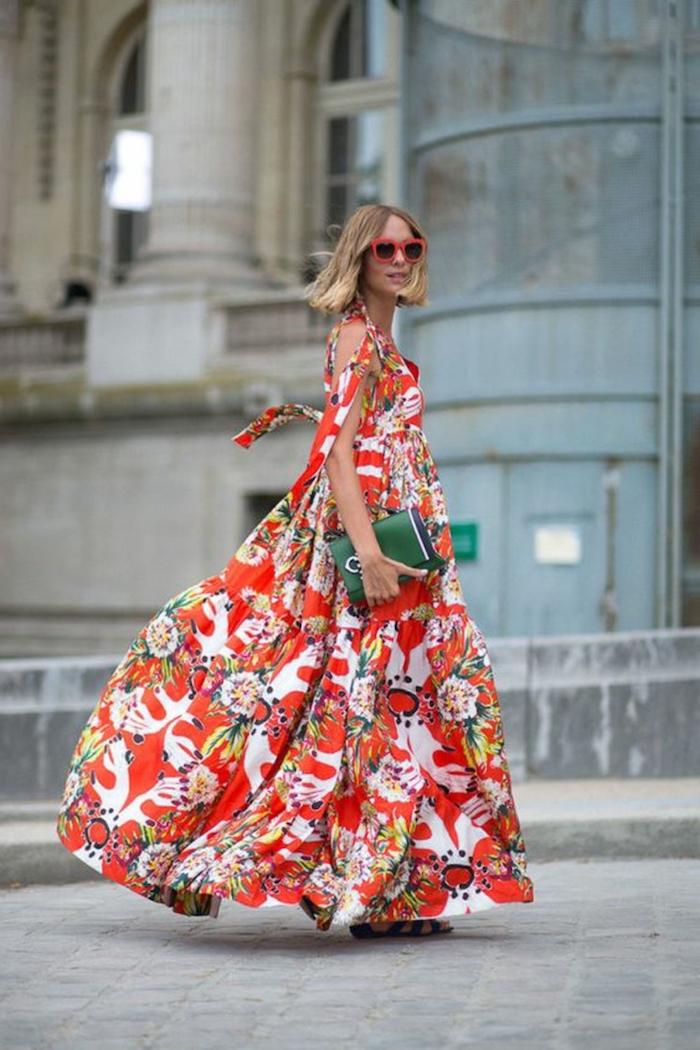 robe longue fleurie en blanc et rouge sac à main vert bouteille lunettes de soleil en noir et rouge